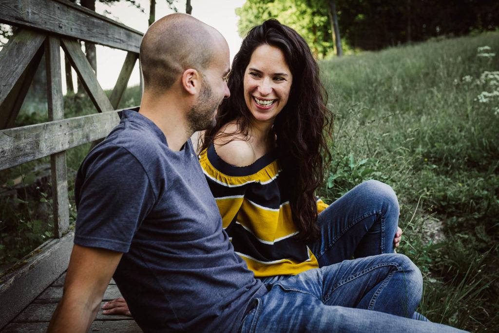 lachende Frau mit mann, engagementsession