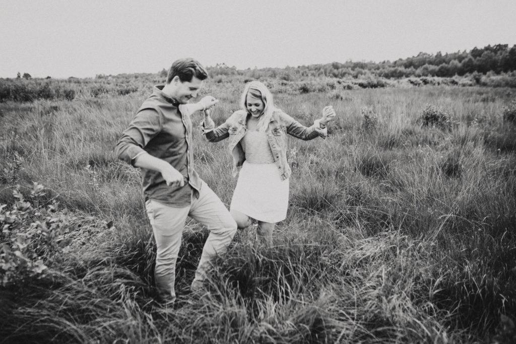 lachendes paar, hänge, im hohen gras