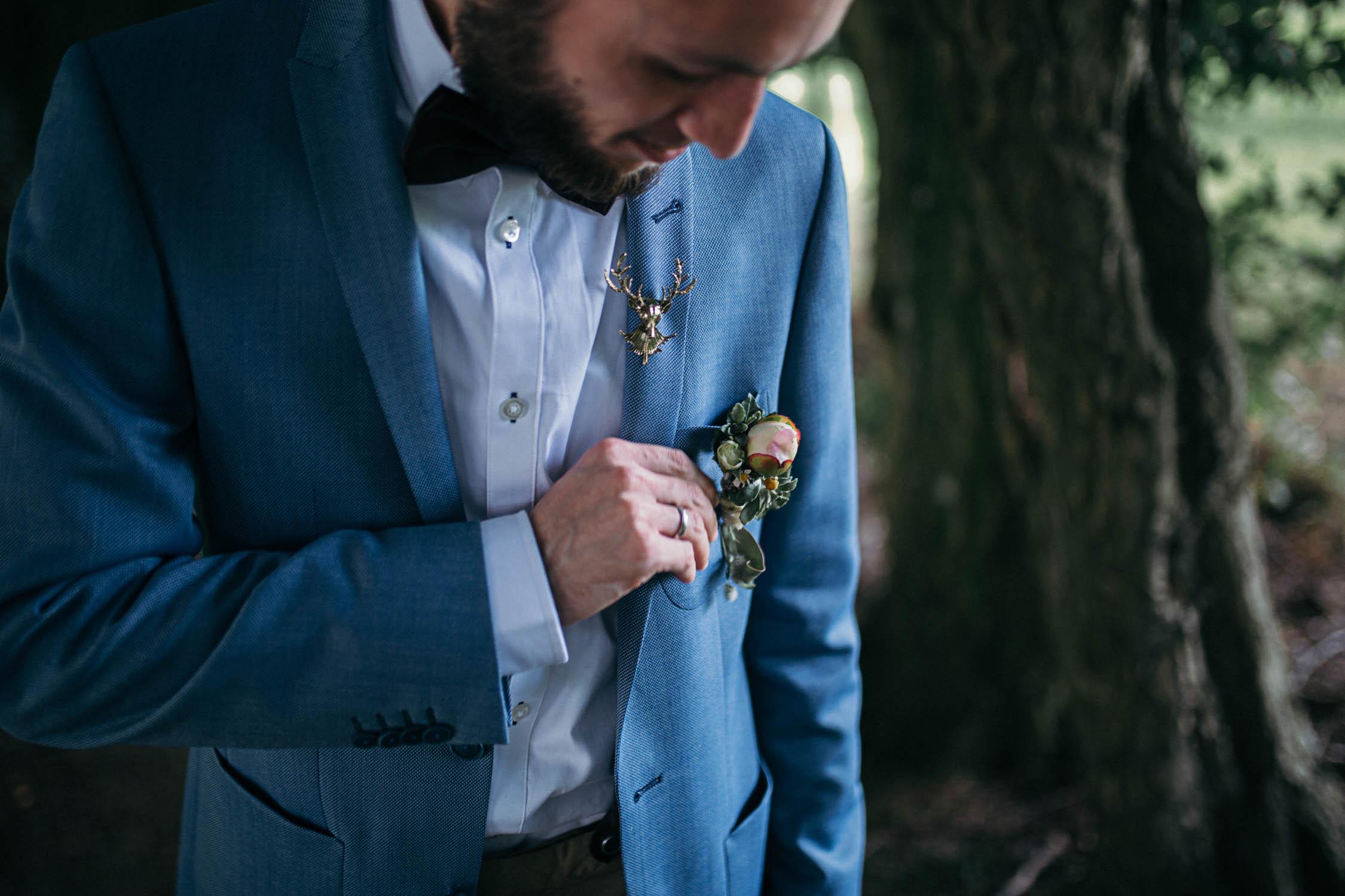 Bräutigam-buttonhole-blumendeko-hochzeit-hirschbrosche