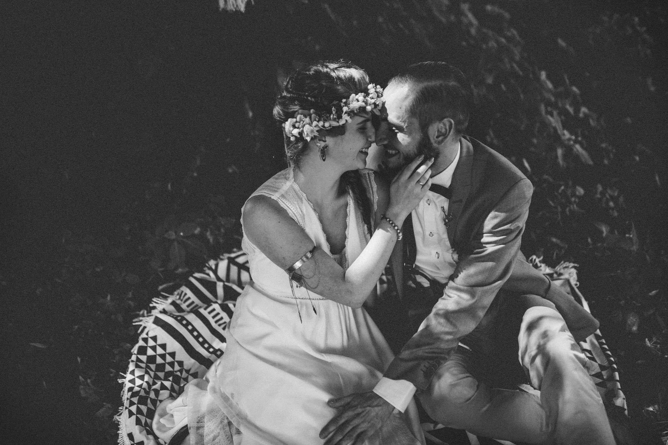 sw-bw-scharzweißfoto-paar-im-wald-wedding