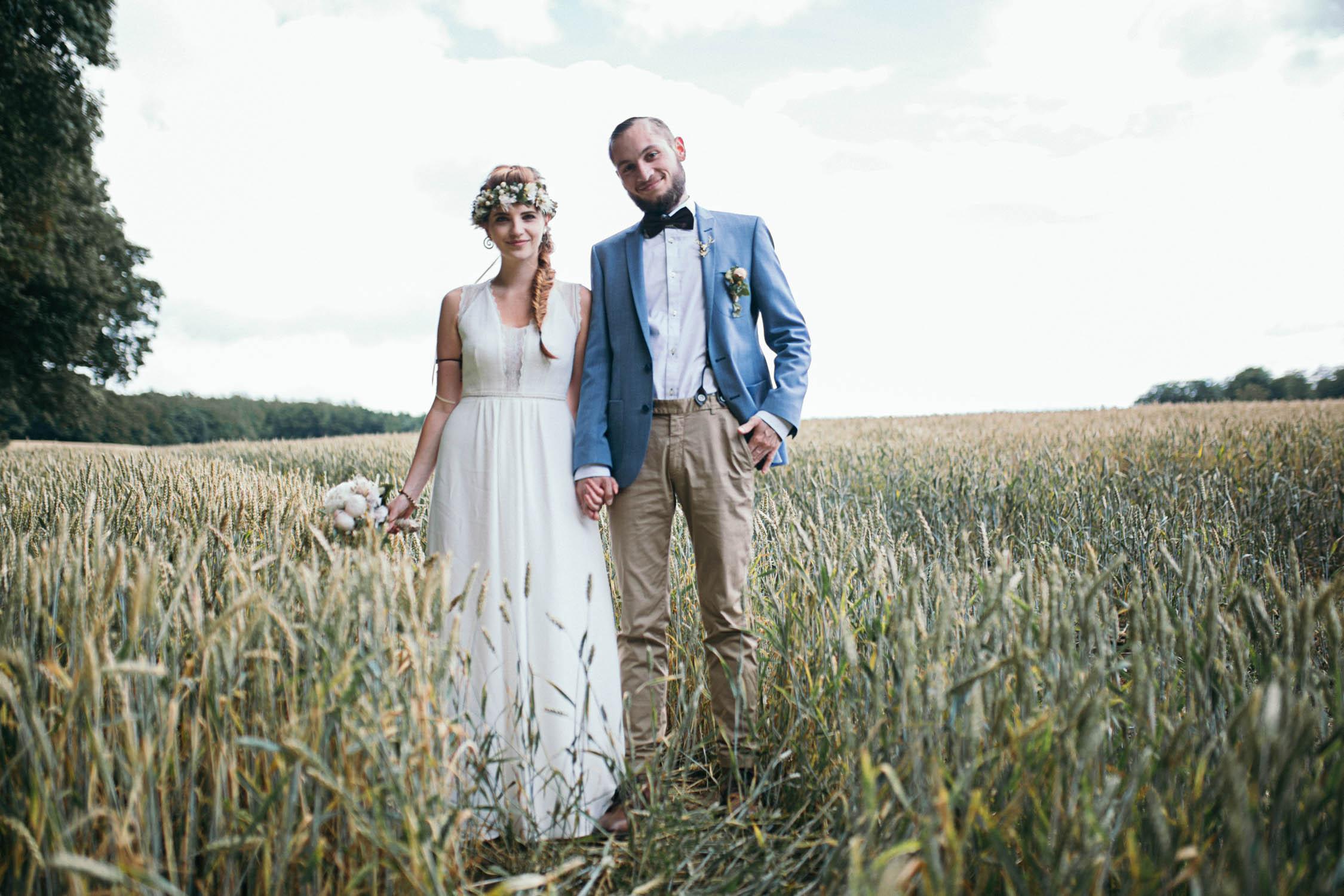 Brautpaar-im-kornfeld-blumenkranz-flowercrown