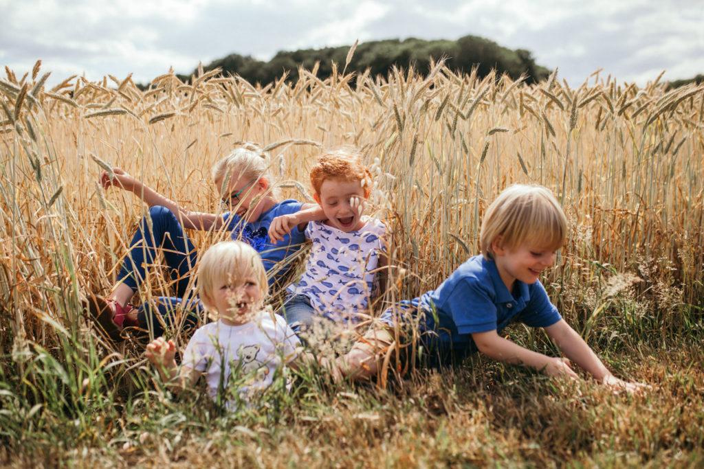 lachende Kinder im Feld, Sommertag