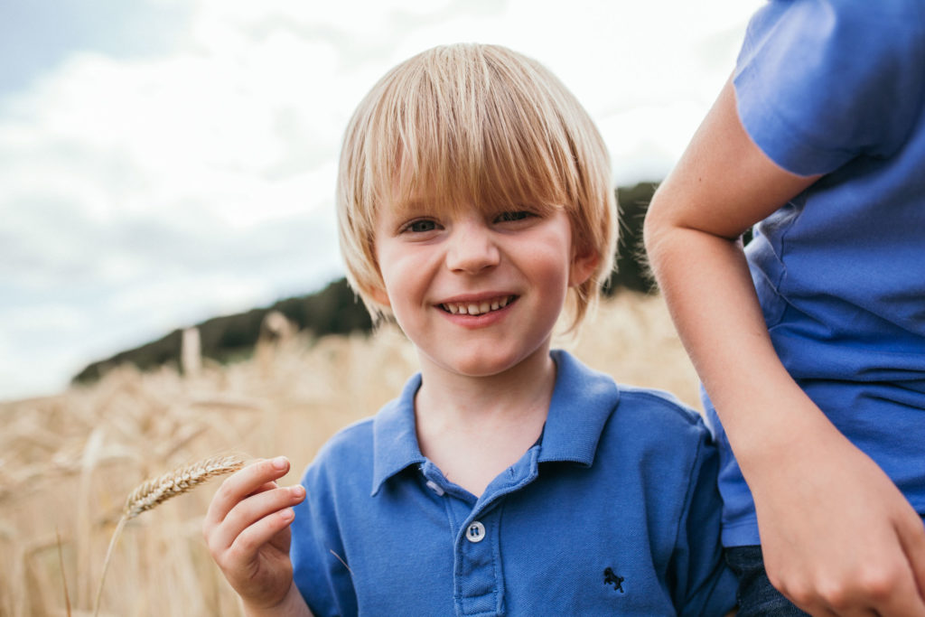 lachender Junge im Kornfeld