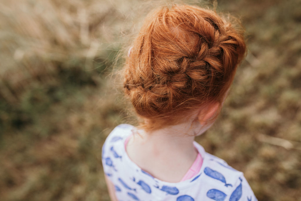redhead, rote Haare, Zopf, Mädchen im Kornfeld