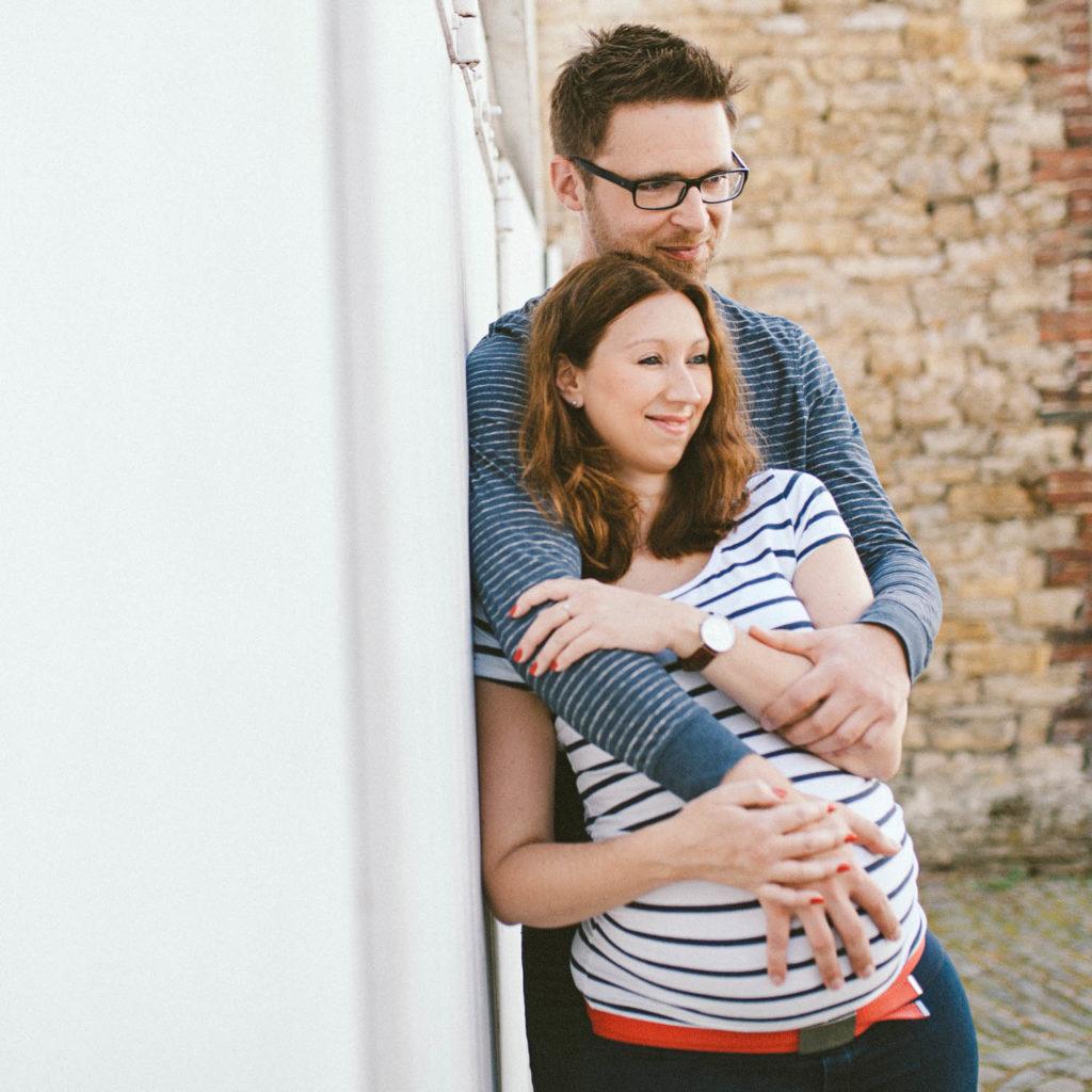 schwangere Frau und Mann Outdoor