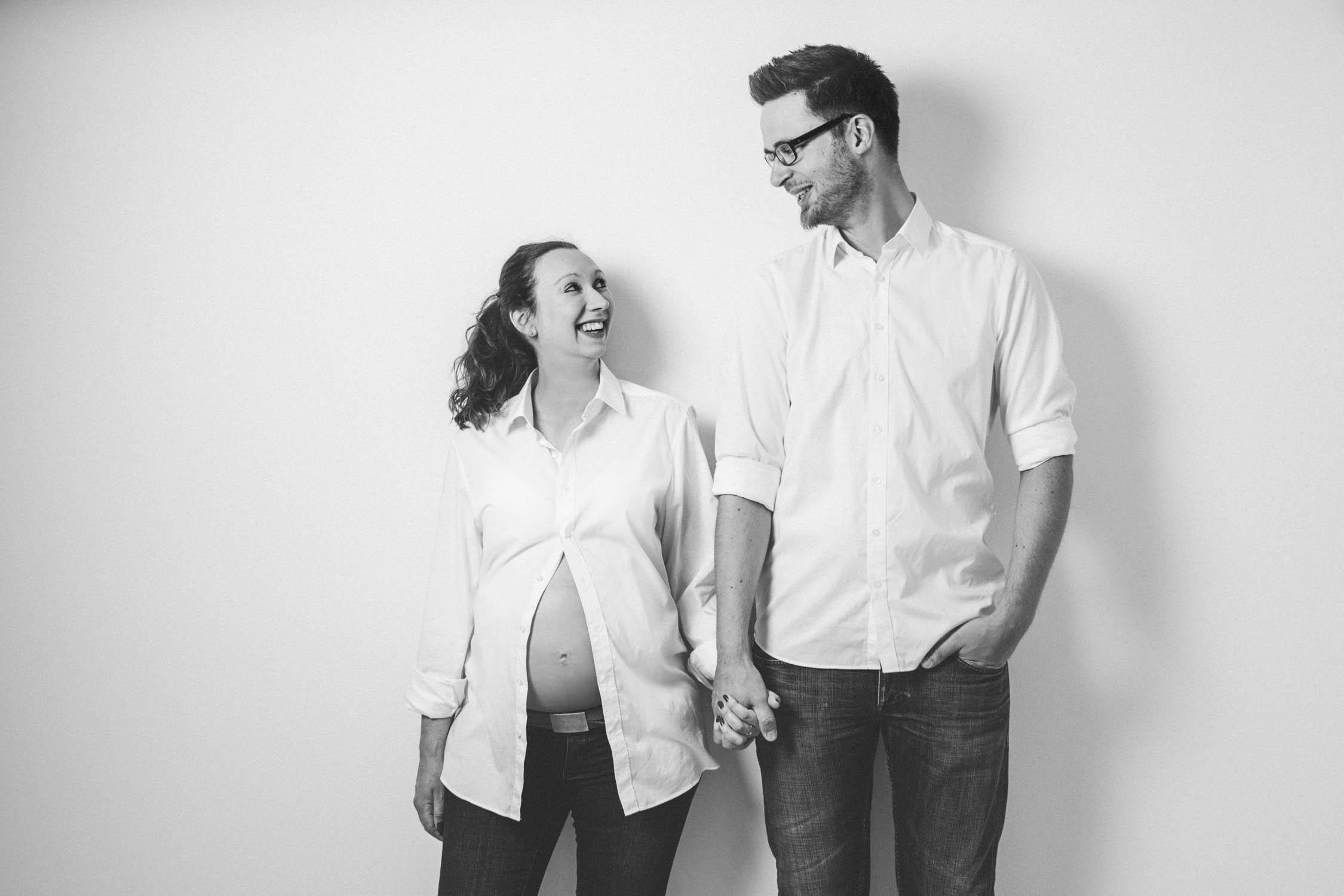 Babybauch, paar in schwarz-weiß