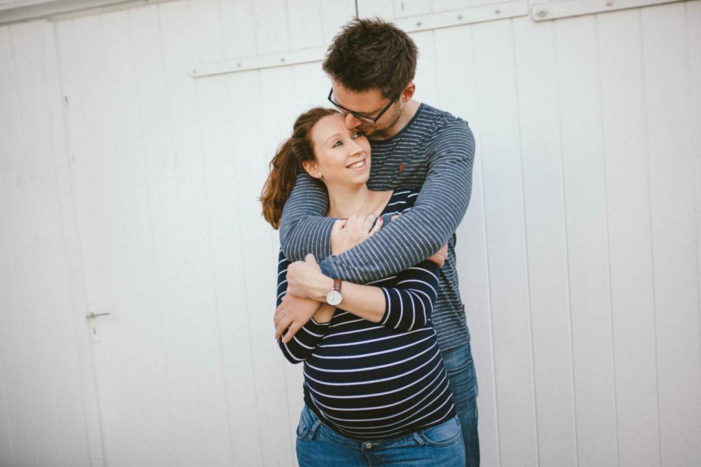 Pärchen outdoor, schwanger